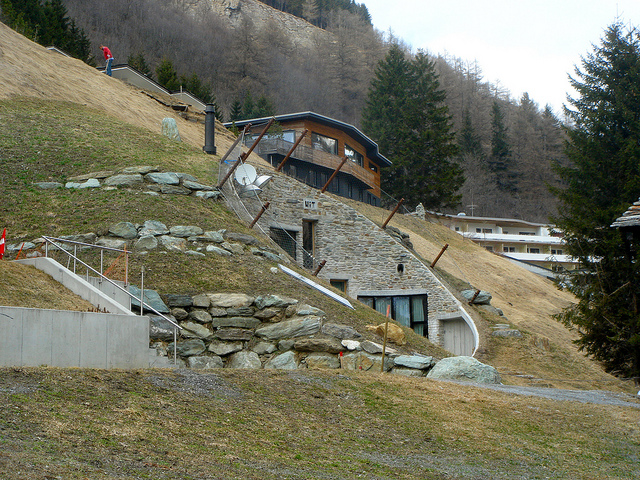 Villa vals una casa nelle montagne svizzere for Architettura vernacolare