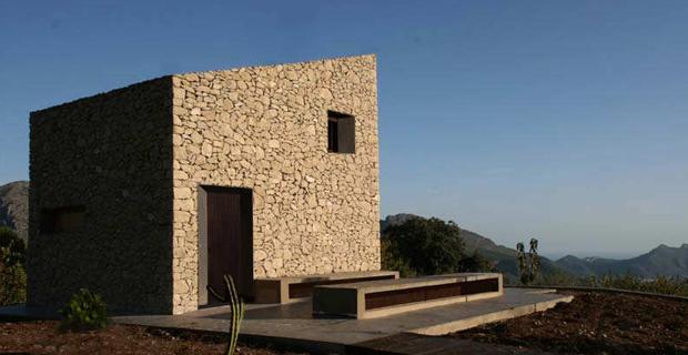 In spagna un rifugio per ammirare il mare in pietre a for Piccole case di architettura moderna