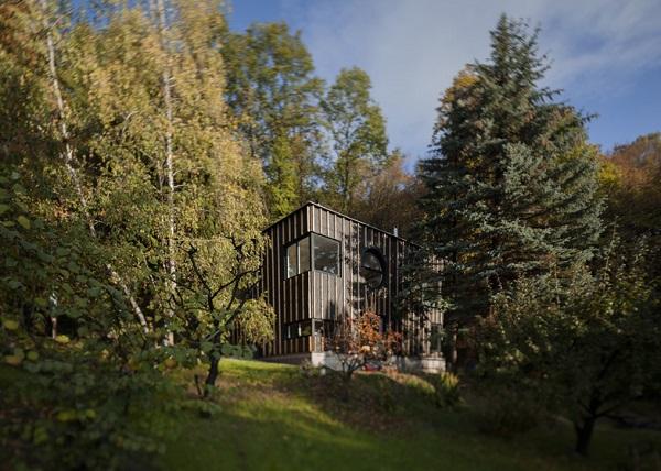 Nella foresta ungherese una baita in legno costruita in for Piccola casa efficiente